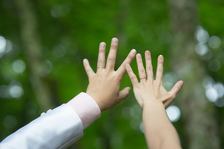 軽井沢挙式での新郎新婦の手の写真