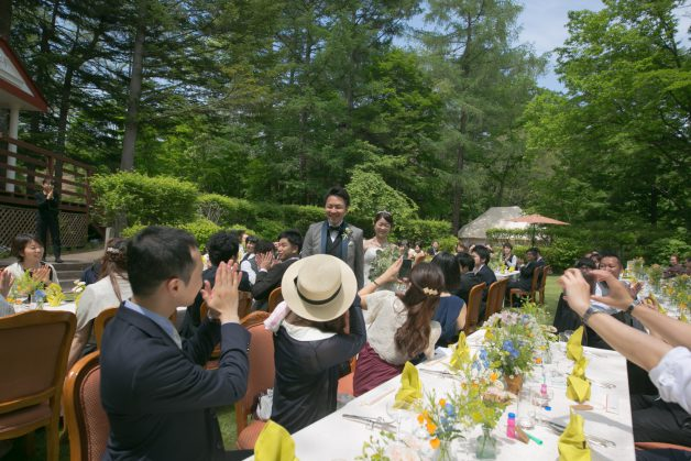 ガーデンパーティー 新郎新婦入場の写真です