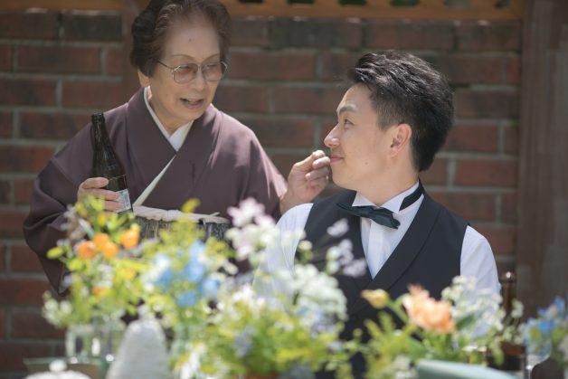 おばあさまと新郎の写真です