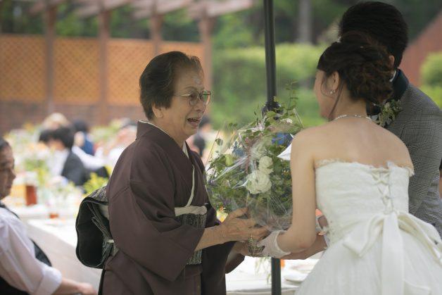 おばあさまへの花束贈呈の写真です