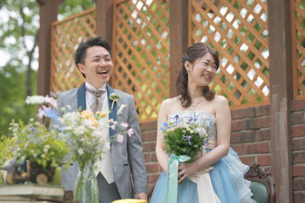 新郎新婦の満面の笑みの写真です