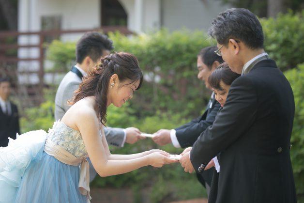新郎新婦から親御様への記念品贈呈の写真です