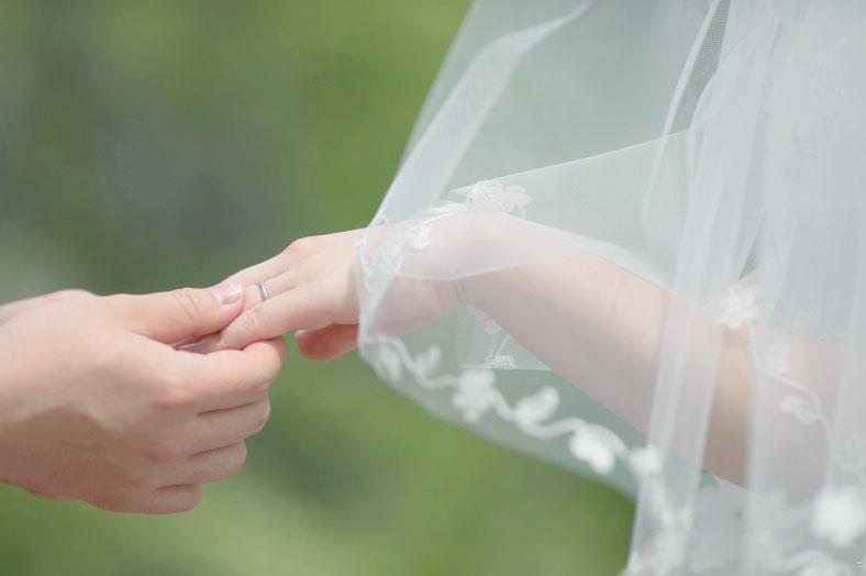 軽井沢挙式での指輪交換の画像です