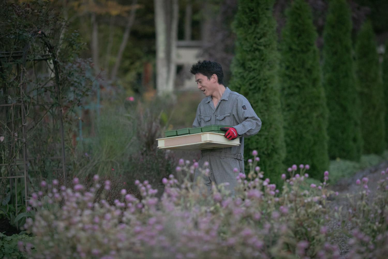 お花屋さんが結婚式装花を運んでいる写真です