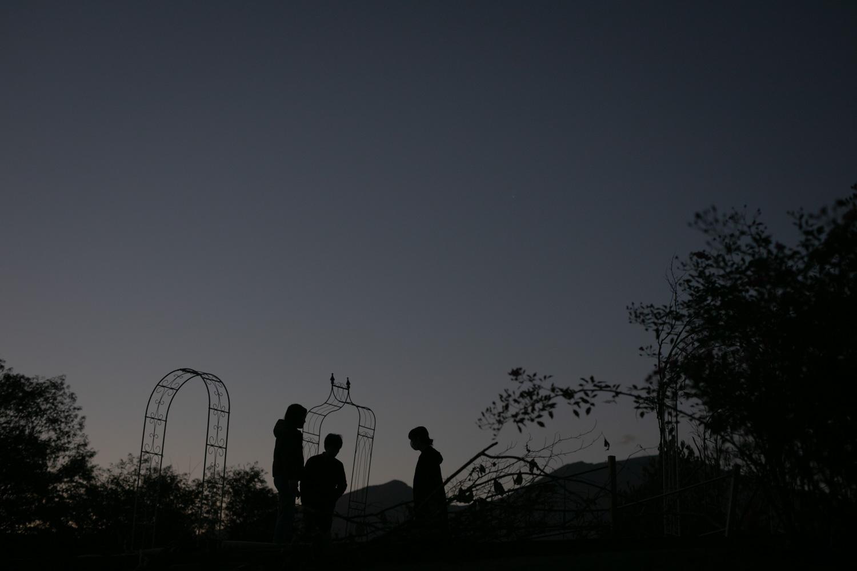 挙式会場のアーチ設営が深夜まで続いた際の暗闇での作業中の写真です