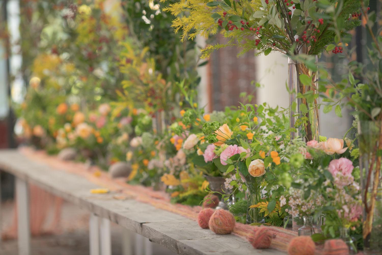 披露宴会場の卓上装花の美しい写真です