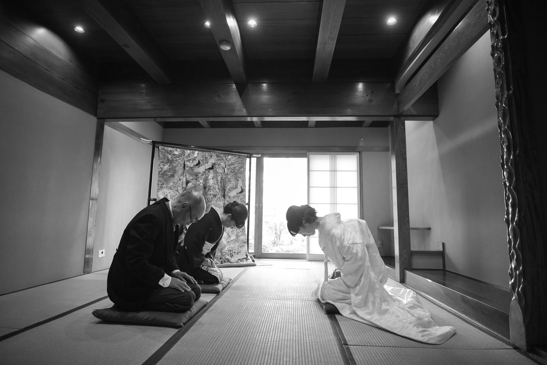 新婦からご両親への花嫁挨拶の写真です。