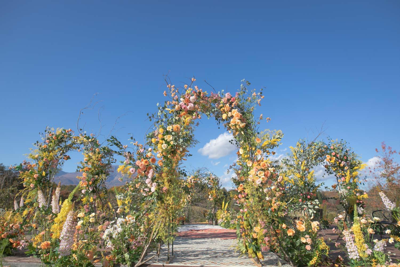 花々に囲まれた挙式会場の完成写真です
