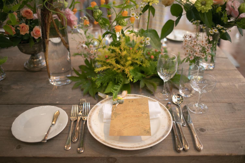 披露宴会場のテーブルセッティングの写真です