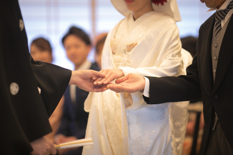 挙式入場後、お父様の手から新郎へ