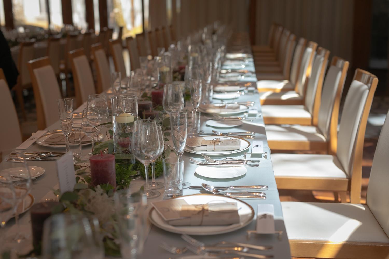会場装飾と流しのテーブルの写真です