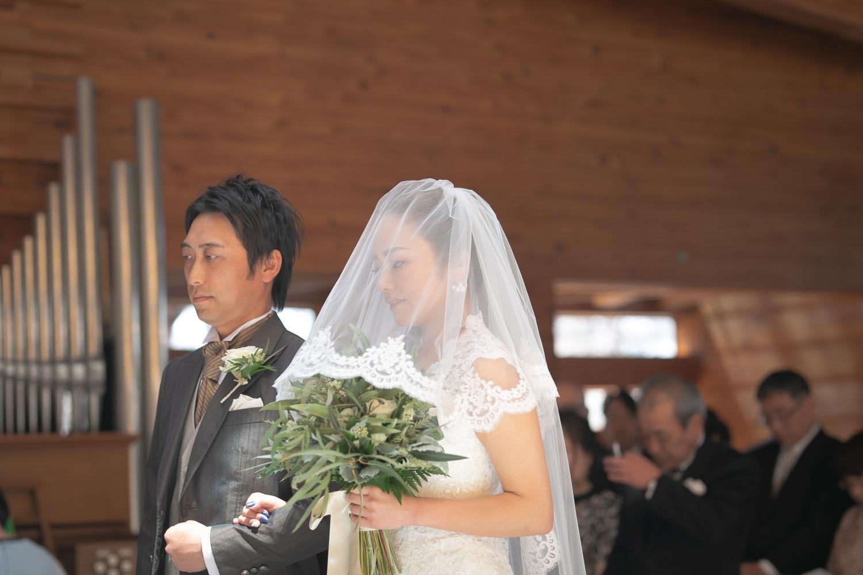 祝福の日差しを浴びながらの結婚式