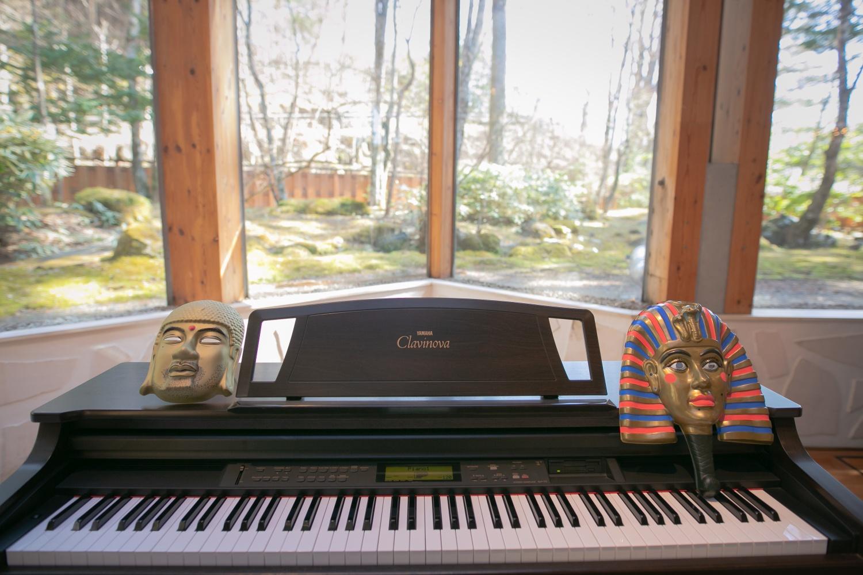 お面とピアノ
